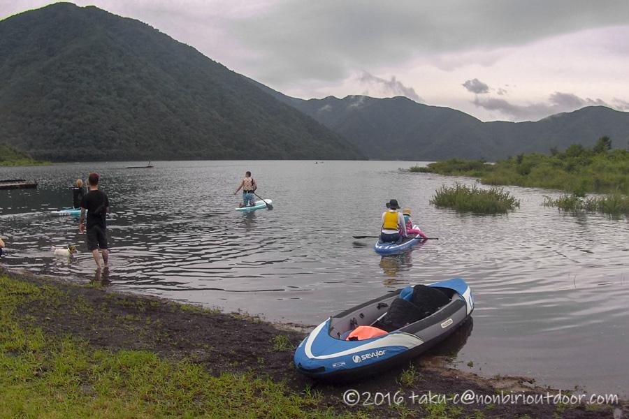 曇りの本栖湖でSUPとカヤックを始める