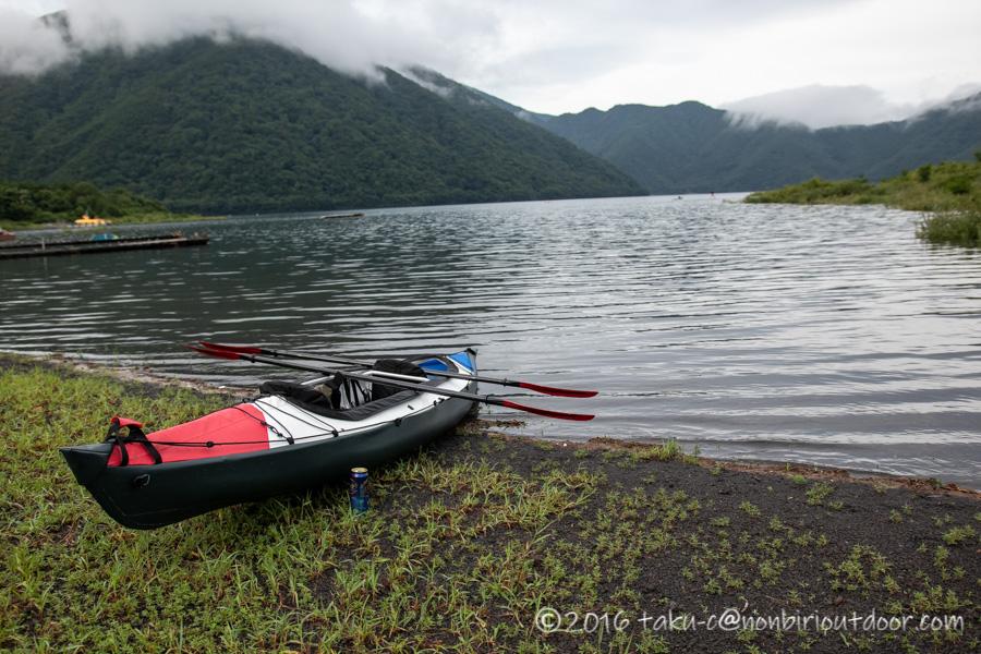本栖湖でフジタカヌーのアルピナを組み立てる