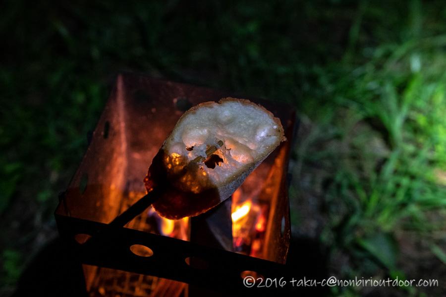 焚き火でパンを焼く