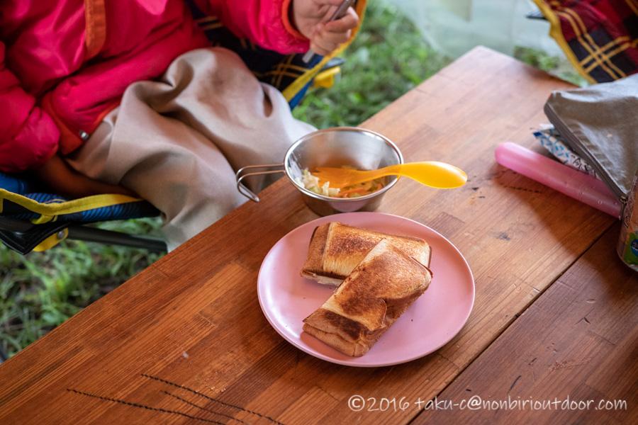 本栖湖キャンプ場の朝ごはんはホットサンド