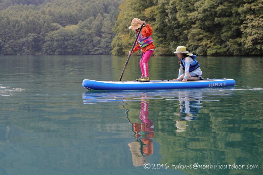 青木湖でSUPを漕ぐ
