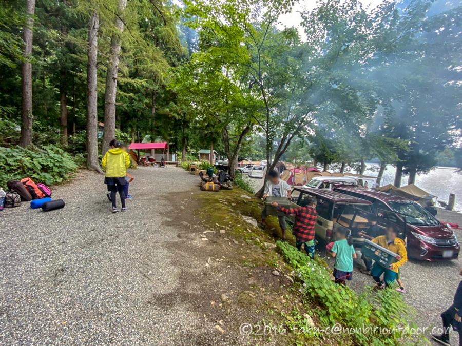 青木荘キャンプ場で設営準備