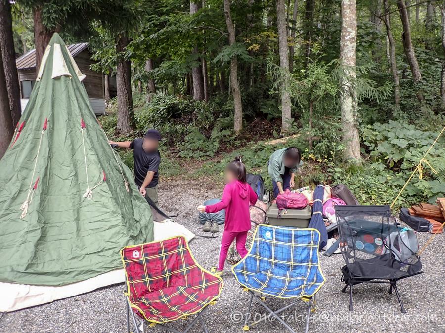 青木荘キャンプ場でテントを張る