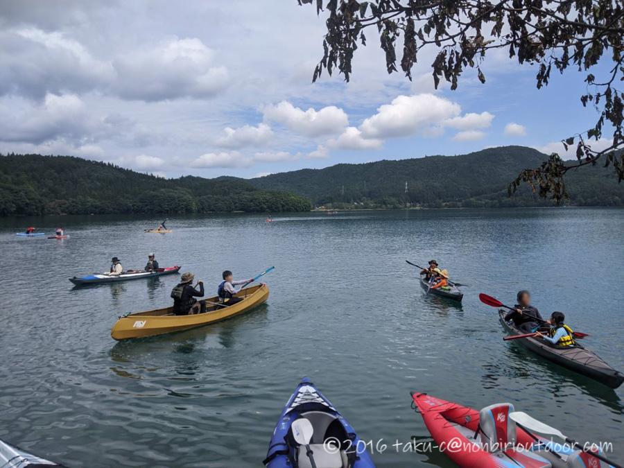 青木湖でカヤックを漕ぐ