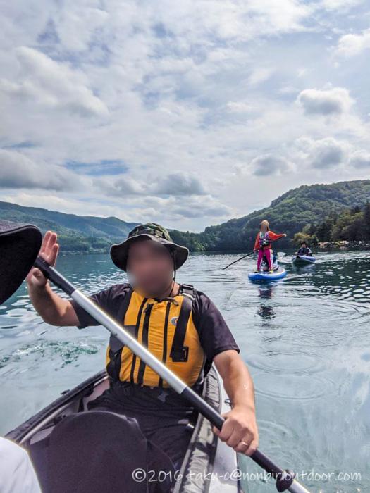 青木湖でフジタカヌーアルピナ2 460を漕ぐ