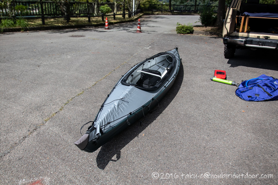 丹沢湖無料駐車場でフジタカヌーアルピナ2 460を組み立てる