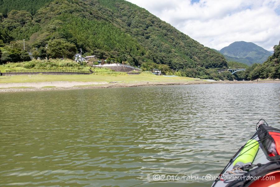 9月の丹沢湖の湖上からの焼津ボート乗り場