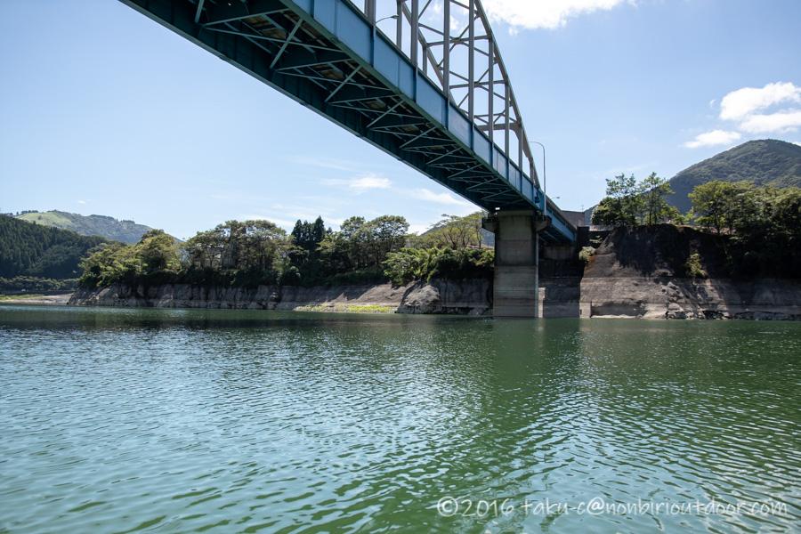 丹沢湖から橋を見上げる
