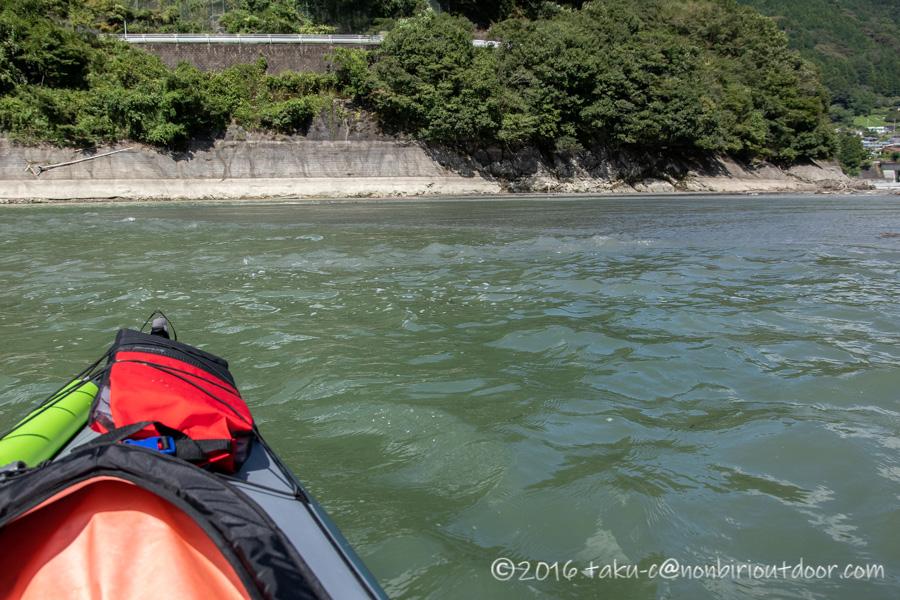 9月の丹沢湖のカヤックからの様子