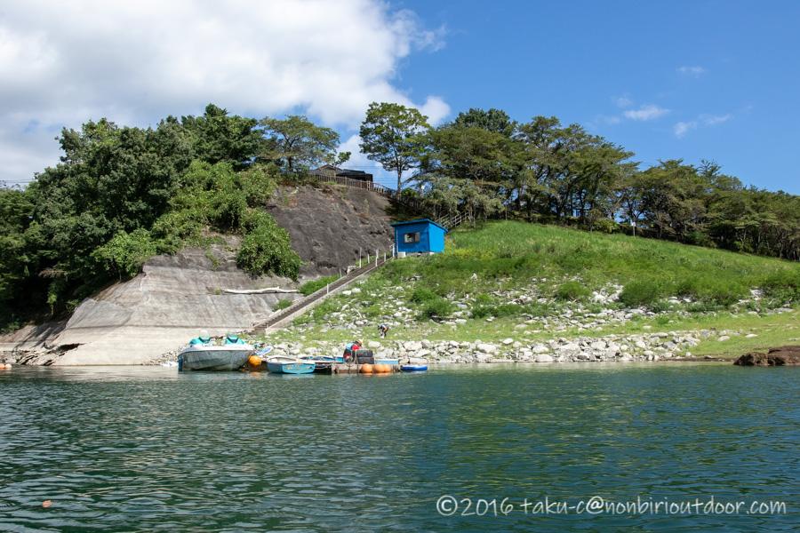丹沢湖のカヤックから見た出艇受け場所