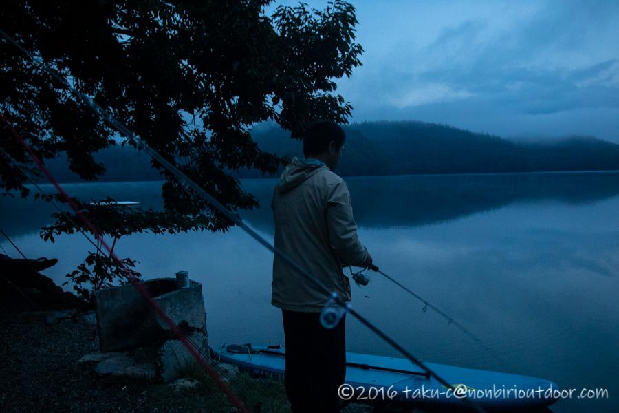 青木湖で朝から釣りをする