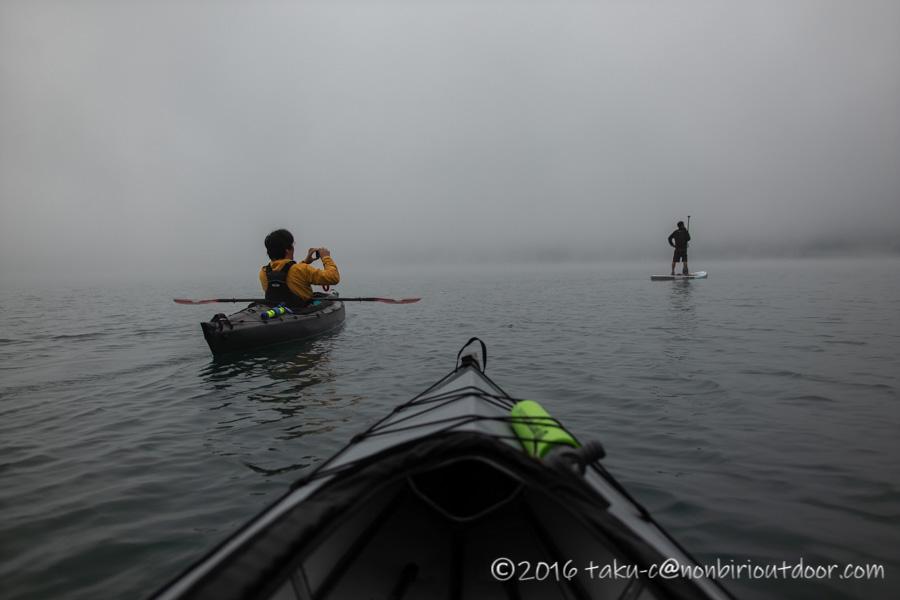 青木湖の霧の早朝カヤック