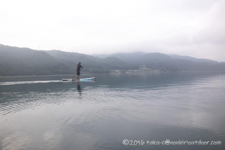 青木湖の霧の早朝SUP