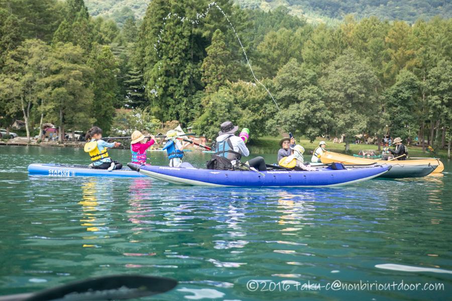 青木湖でカヤックに乗って水鉄砲をする