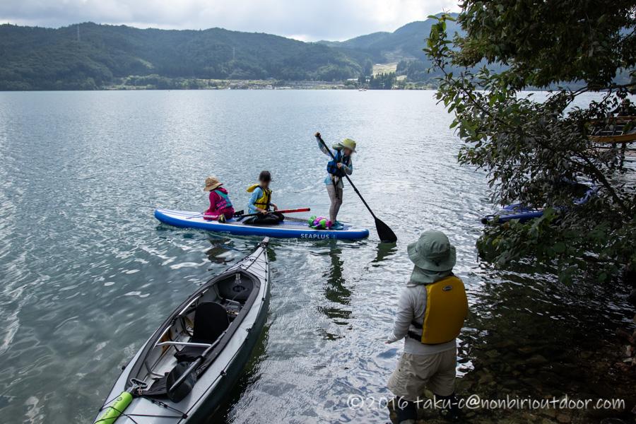 青木湖で子どもたちがSUPを漕ぐ