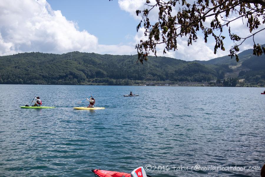 へりさんが青木湖でフジタカヌーアルピナ2を漕ぐ