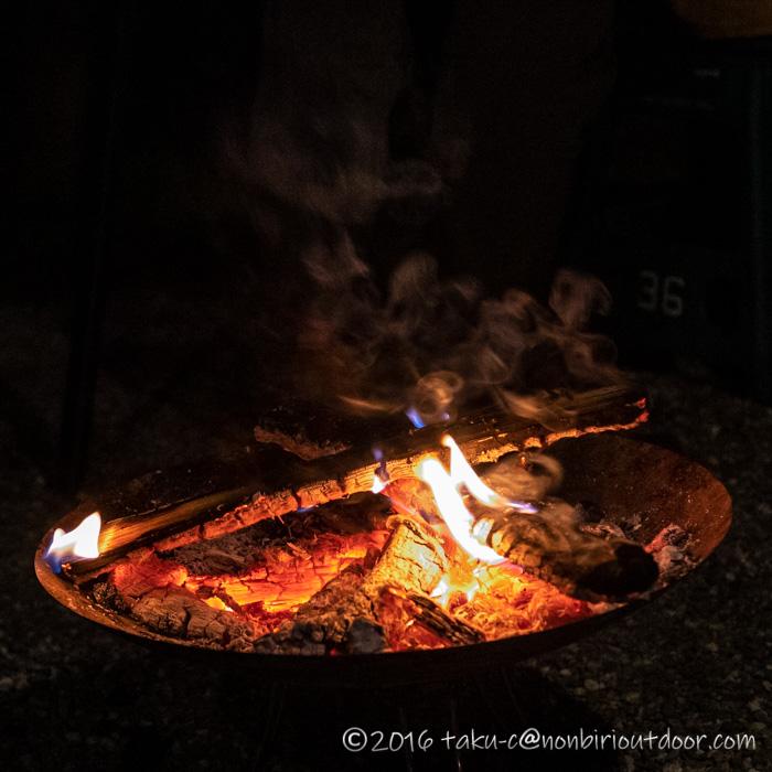 キャンプでの焚き火の炎