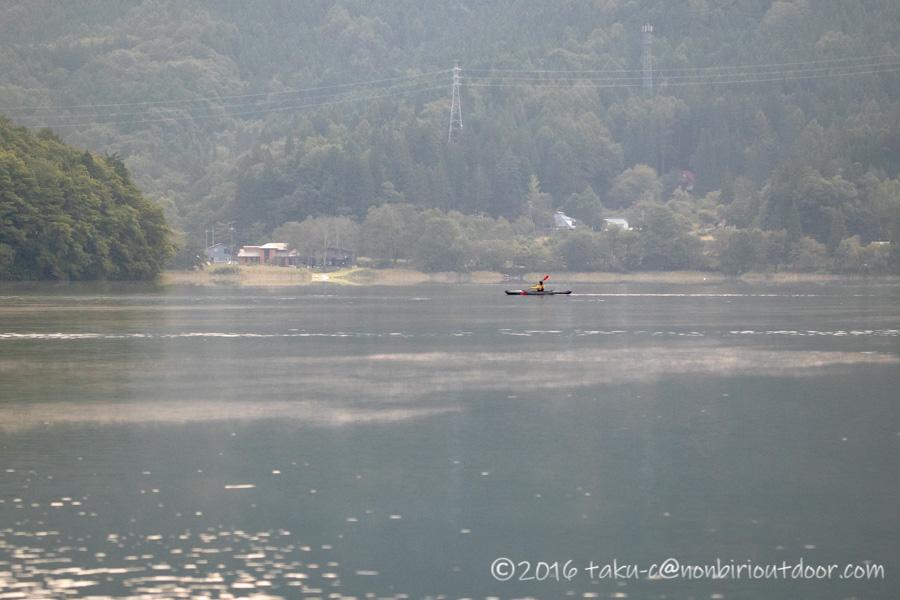 青木湖でカヤックの朝のクルーズ