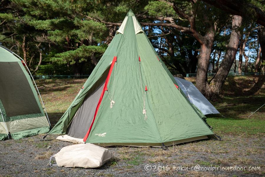 本栖湖キャンプ場で設営完了したノースイーグルコットンワンポール