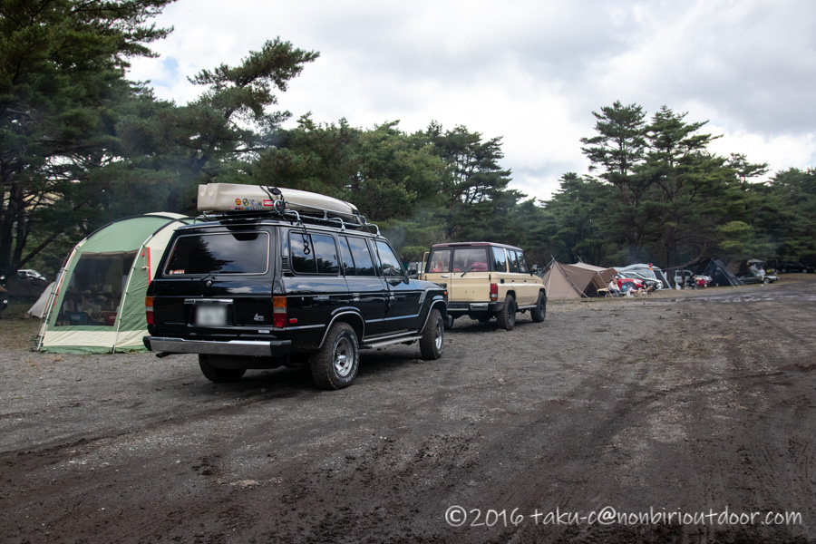 本栖湖キャンプ場に到着した60ランクルと78プラド