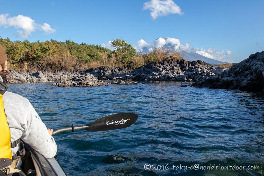 フジタカヌー アルピナ2 460で本栖湖の溶岩帯に到着