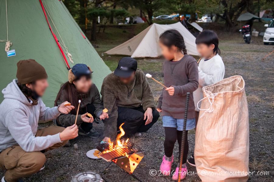 本栖湖キャンプ場で焚き火とマシュマロ焼き