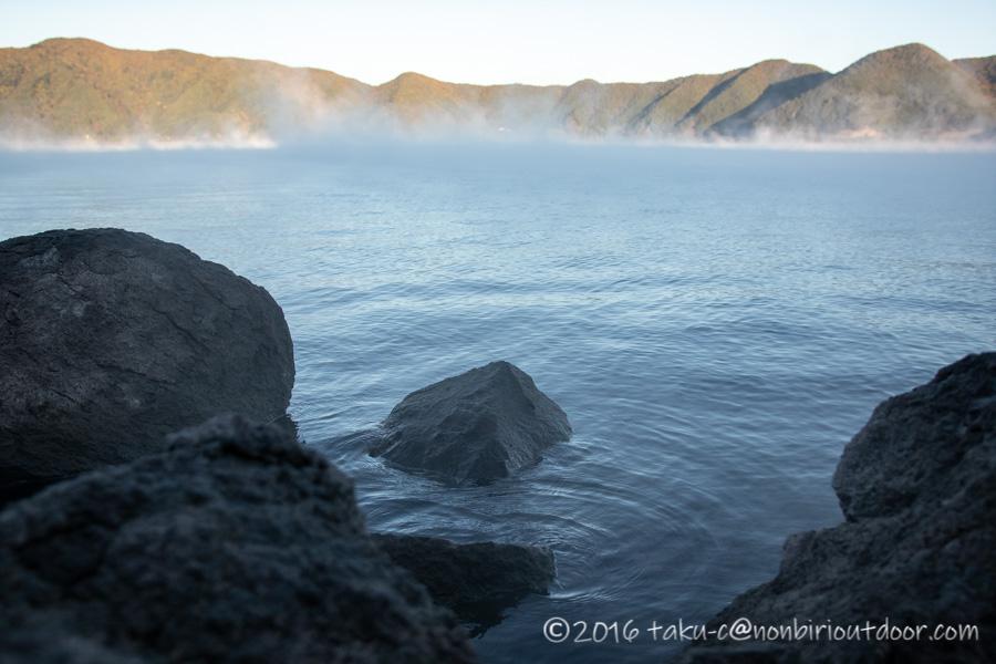 霧の出ている朝の本栖湖