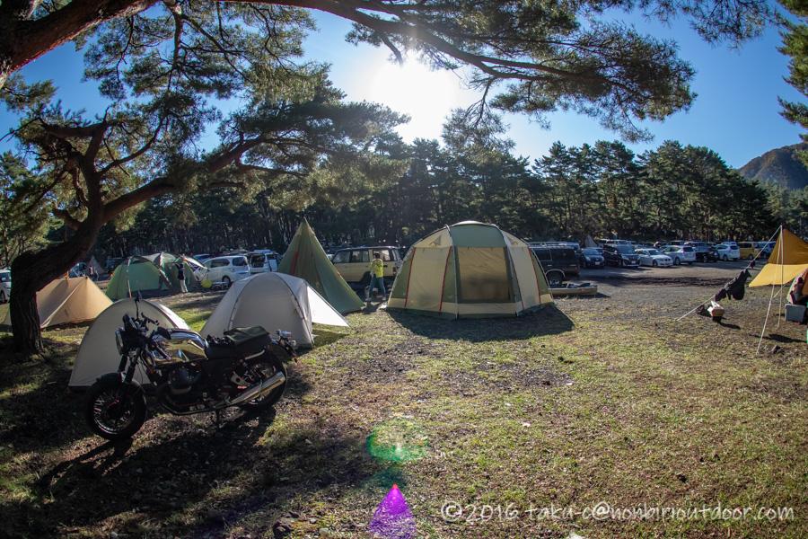 本栖湖キャンプ場の設営風景