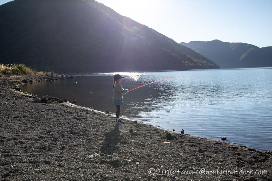 本栖湖でベイトタックルで釣りをする娘