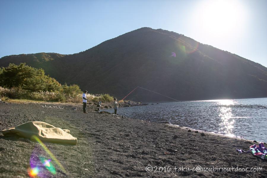本栖湖でベイトタックルで釣りをする子ども