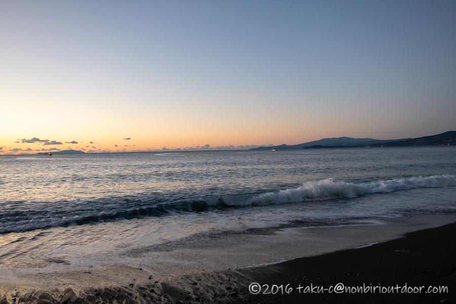 日の出前の国府津海岸の様子
