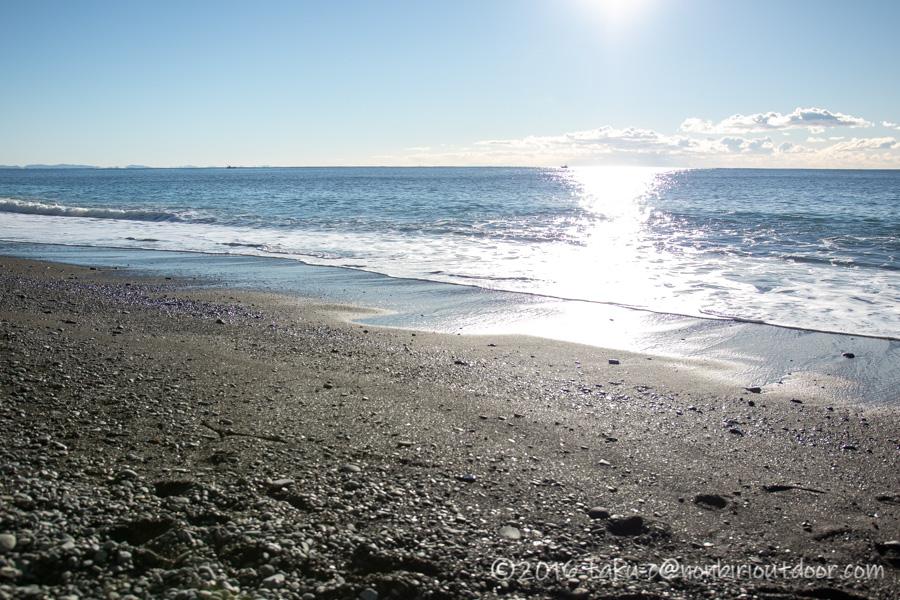 日が昇った国府津海岸の様子