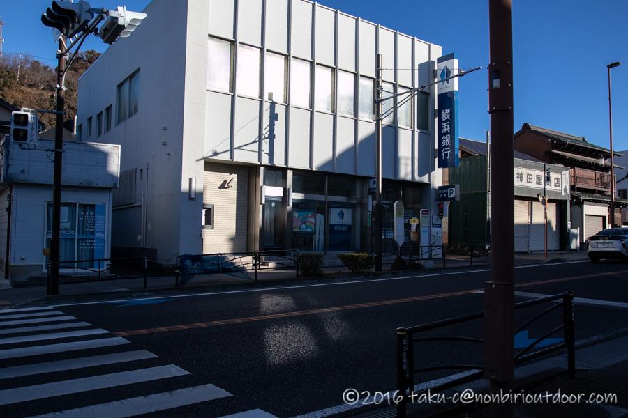 国府津海岸入口の横浜銀行