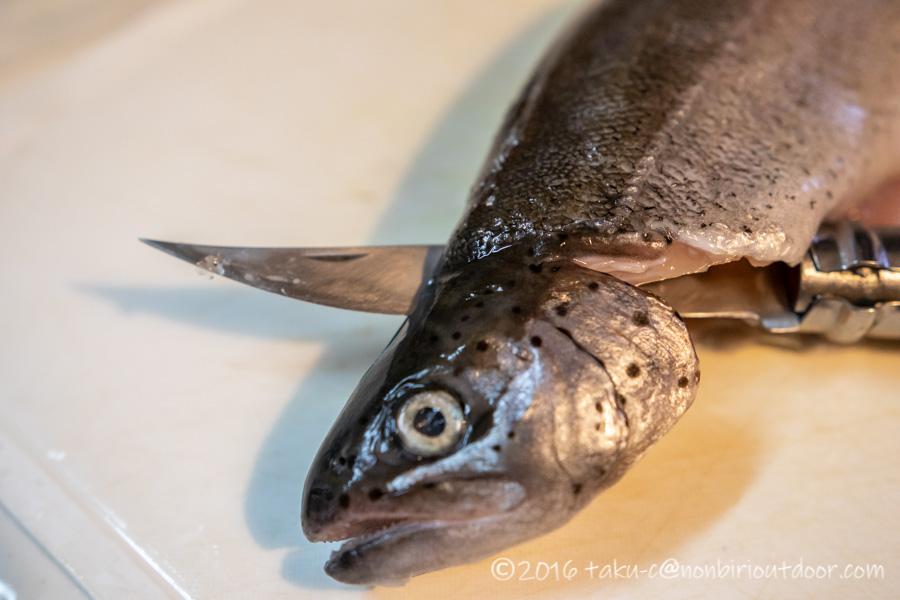 管理釣り場で釣ったニジマスを3枚におろす
