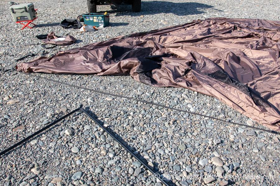 ハイランダー(Hilander)のツーポールテントのグランピアンのA型フレームをテントに止める