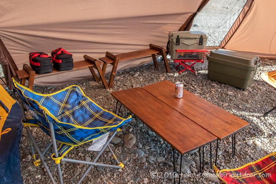 ハイランダー(Hilander)のツーポールテントのグランピアンの中にテーブルとイスを設営