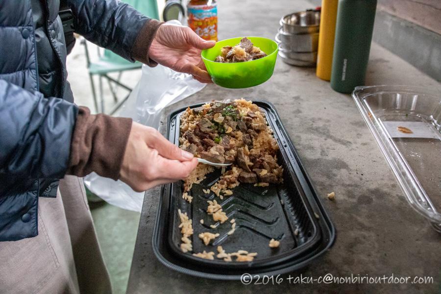 雨だったので湯島オートキャンプ場の炊事棟でお昼