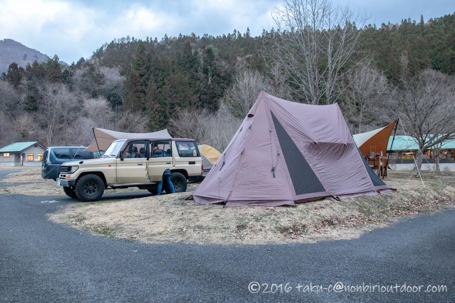 湯島オートキャンプ場でサイト設営