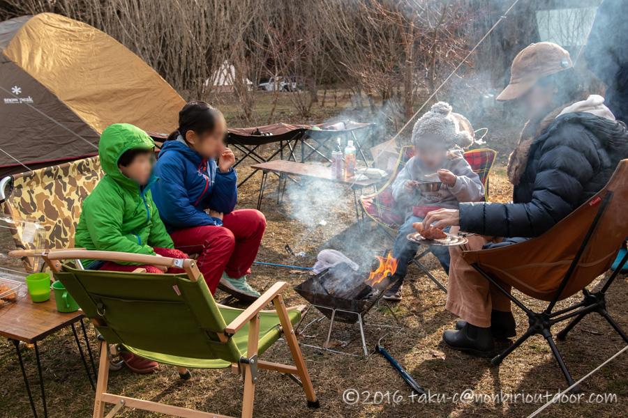 湯島オートキャンプ場の朝の焚き火