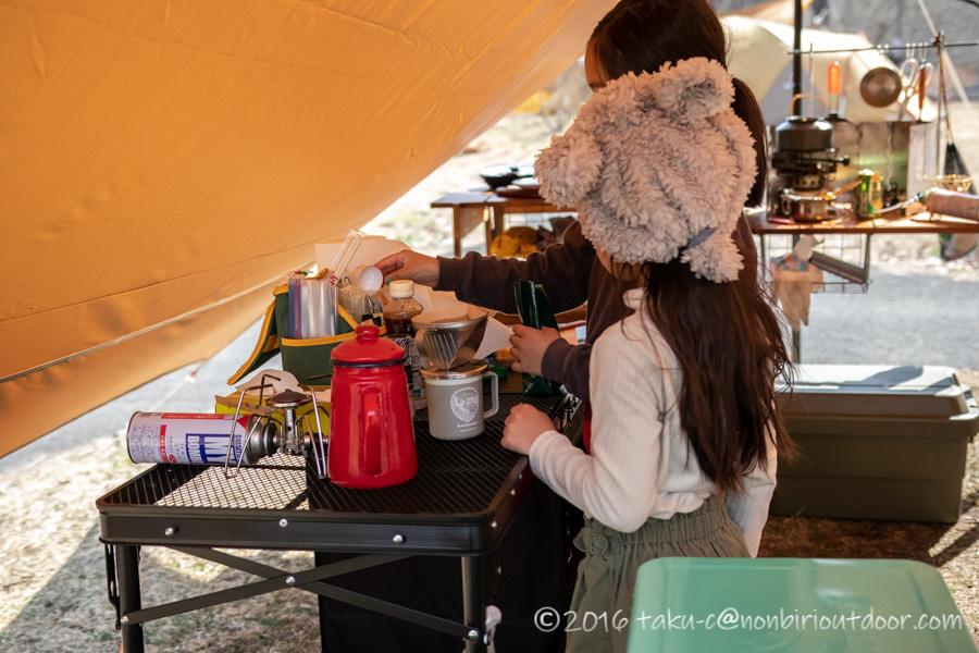 湯島オートキャンプ場でコーヒーを入れる練習をする娘