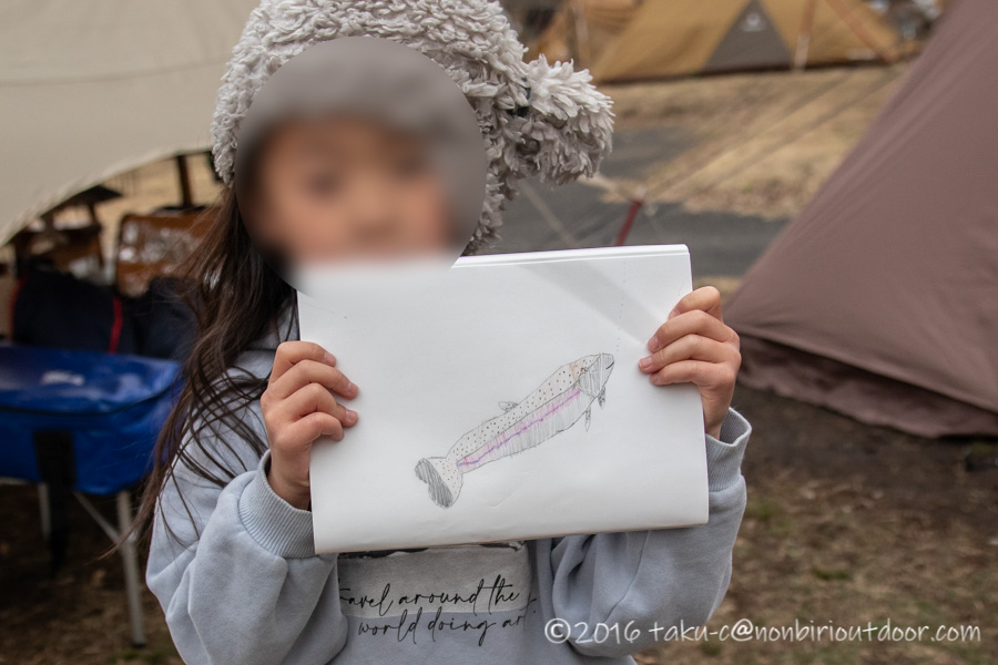 湯島オートキャンプ場の釣り堀で釣れたマスを絵に書く