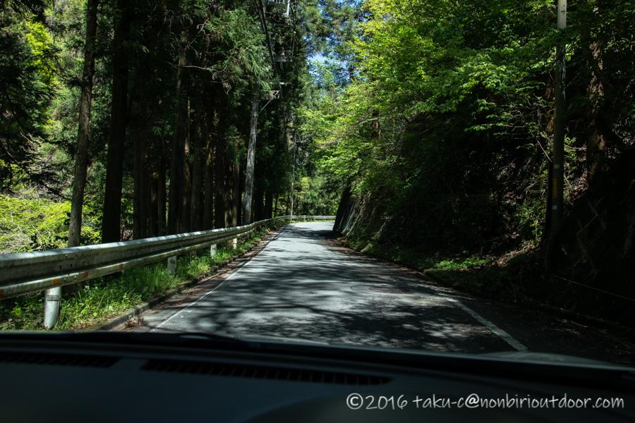 和田峠の茶屋へ車で向かう