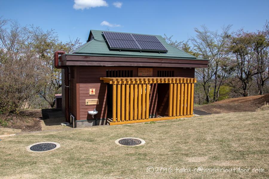 陣馬山山頂のトイレ