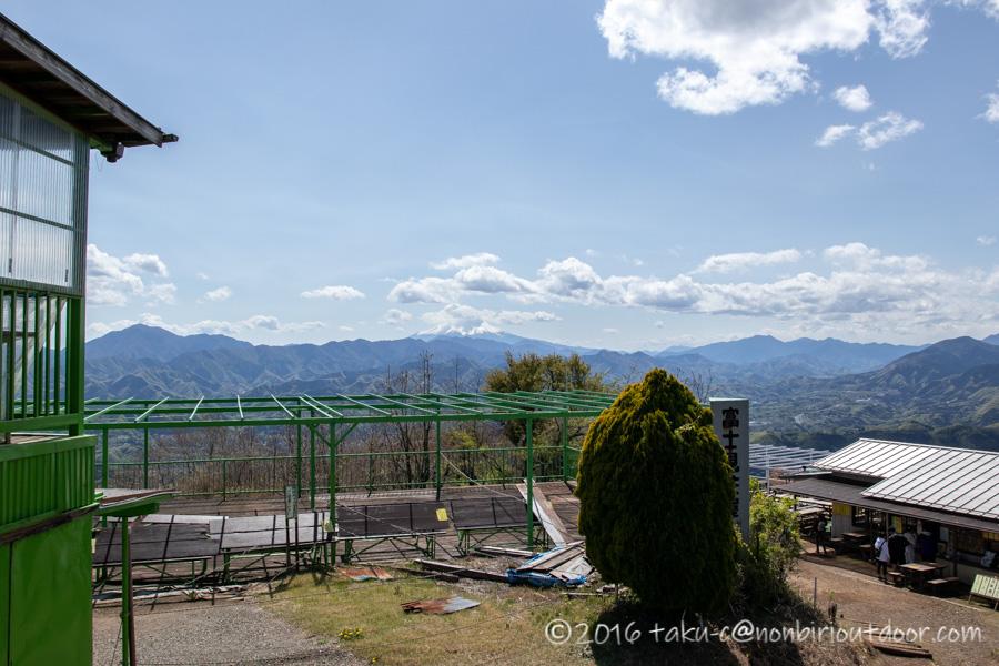 陣馬山山頂からの眺めと富士山