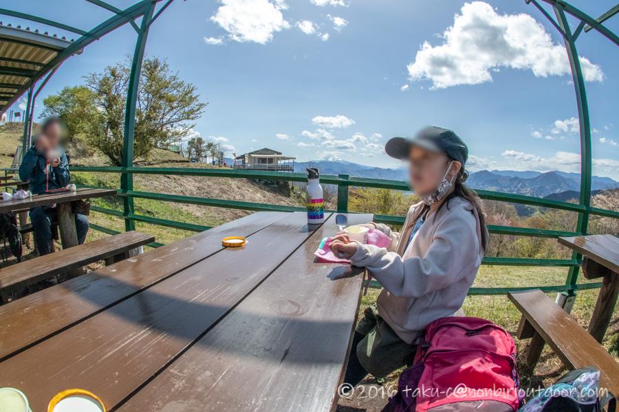 陣馬山山頂の茶屋で休憩