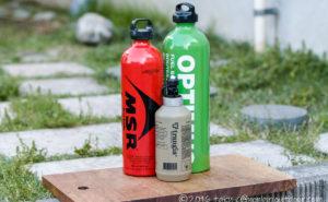 キャンプで使う灯油とガソリンとアルコールの燃料ボトル3つ